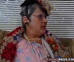 Mamie tringle jeune morsure