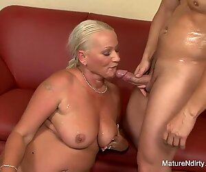 Forte poitrine blonde grand-mère prend dans le cul