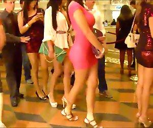 Valkoinen tytöt pukeutunut bbc julkiseen