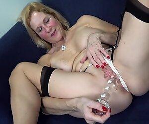Maman avec des seins incroyables et une chatte encore fraîche