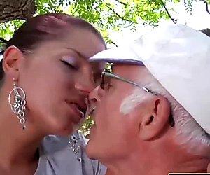 Nuori tyttöystävä kiinni otettu vittu vanha mies hän sucks muna