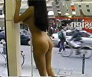 Nackt mädchen waschen in öffentlichkeit