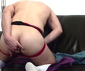 Solo randy jock fingers his ass while tugging