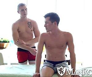 Manroyale aistillinen hieronta muuttuu kuumaksi seksiä
