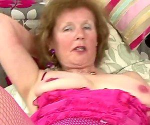 Über 60 gilf masturbiert ihre gepiercte Muschi