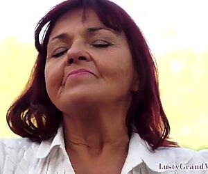 Yoga Mamie sucer la morsure de Jeune