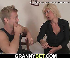 Kuuma vanha blondi saa hänen tussu paukutettu