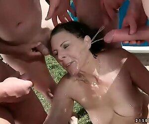 Viisi kaveria pissaleikit kuumalla äidillä