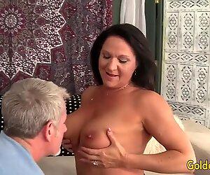 Grand-mère prend gros morceau