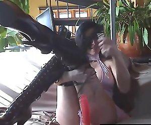 Прсата француска девојка теасинг у кожним чизмама