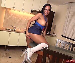 Ladyboy Supergirl kyrha von hinter anal