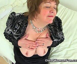 Englantilainen mummo susan miellyttää nälkäistä tussua dildolla