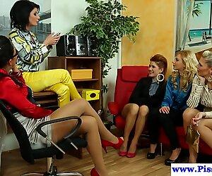 Pissaleikit lesbot ryhmässä Virtsaus yhdessä