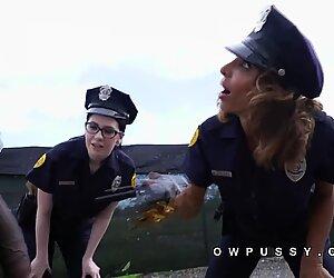Kaksi naispuolista poliisia pidätti iso kyrpä musta